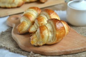Что приготовить из слоёного теста: 10 быстрых и вкусных блюд