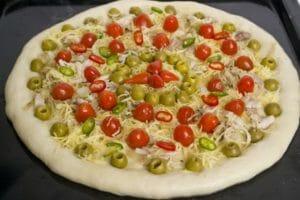 Рецепт вкусной пиццы с курицей и помидорами черри