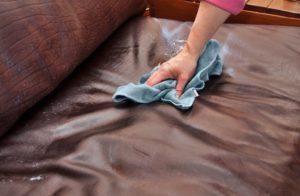 Очистка обивки на мебели из ткани и кожи