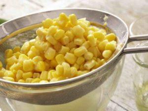 Кукурузные оладьи с йогуртовым соусом