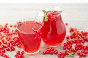 Кислый сок из красной смородины