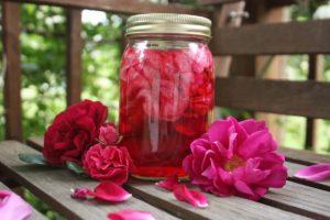 Уксус с лепестками роз
