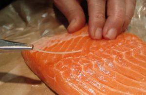 Котлеты из лосося с зеленым соусом