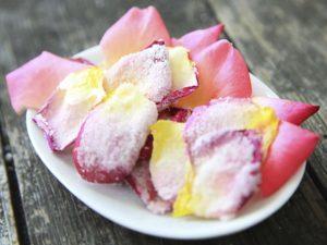 Розовые сливки с засахаренными лепестками