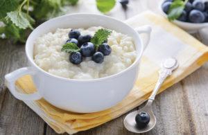 Молочная рисовая каша с фруктами