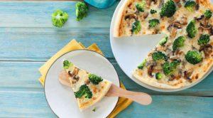 Большая пицца с грибами и брокколи