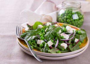 Салат из сахарного горошка с чесночными гренками