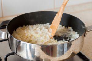 Горячий картофельный салат с сосисками