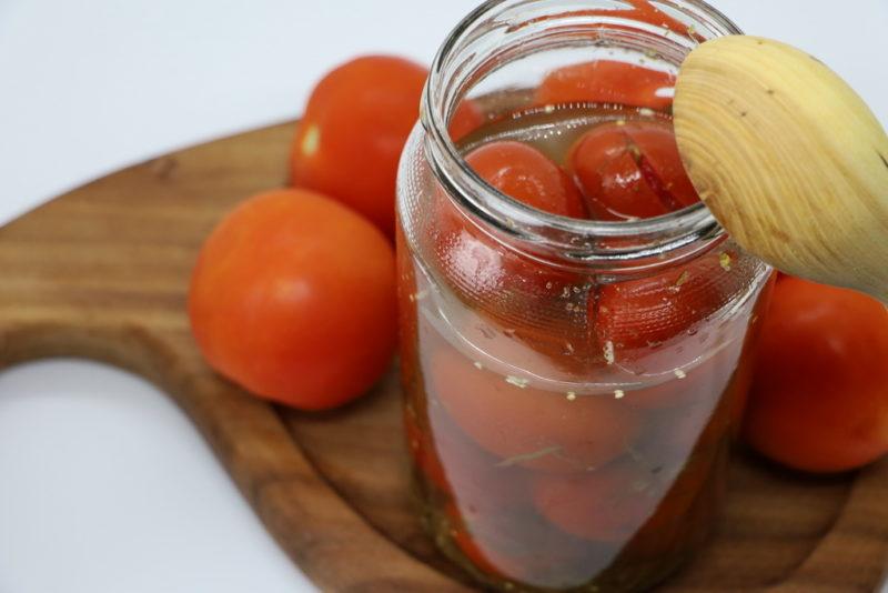 Десертные помидоры в желатине и луке