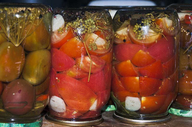 Маринованные четвертинками помидоры