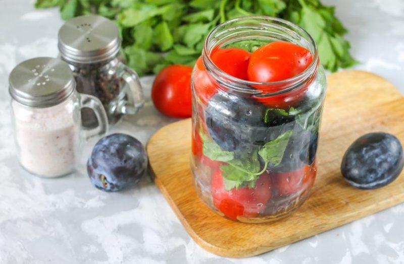 Консервированные сливы и томаты — впечатляющий тандем для вашего стола