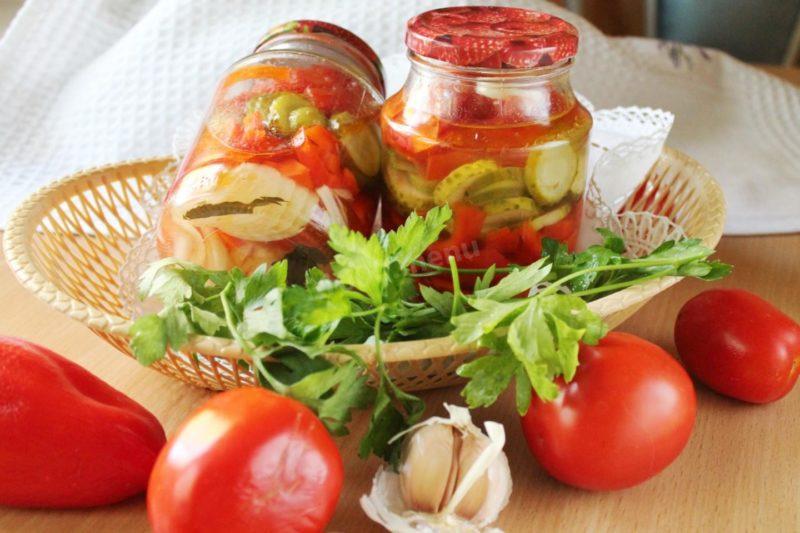 Салат с помидорами, перцем и огурцами на зиму